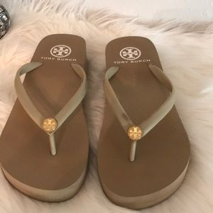 GREAT COND TORY BURCH WEDGE SANDAL SZ 6 TAN/GOLD